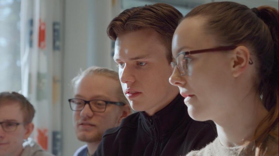 Ørjan og Irene ser på noe på lab