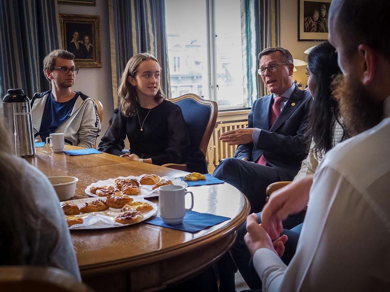 Dag Rune Olsen har besøk av valobservatørar frå skulevalet