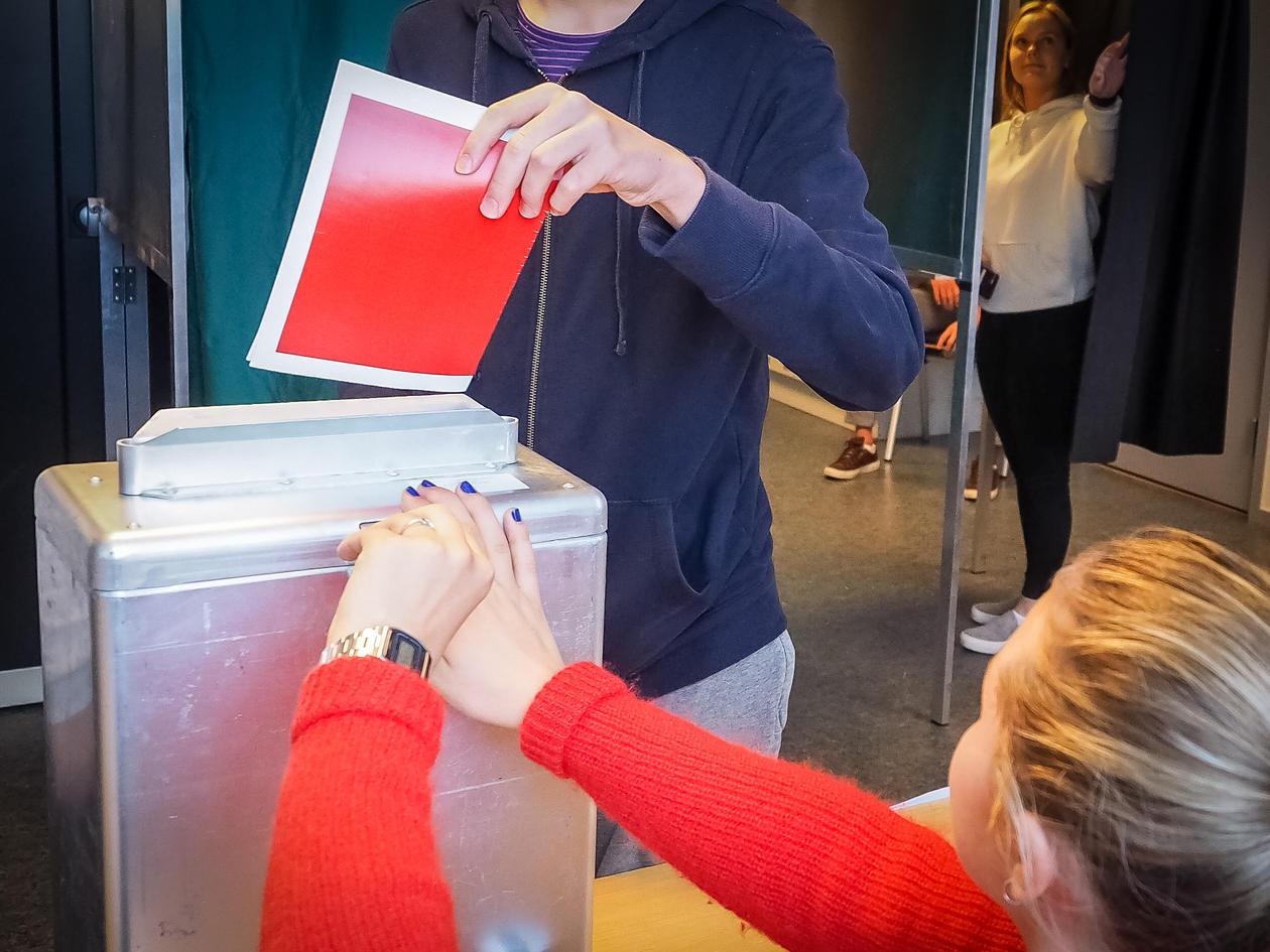 stemmeseddel blir putta i valurne på skulevalet