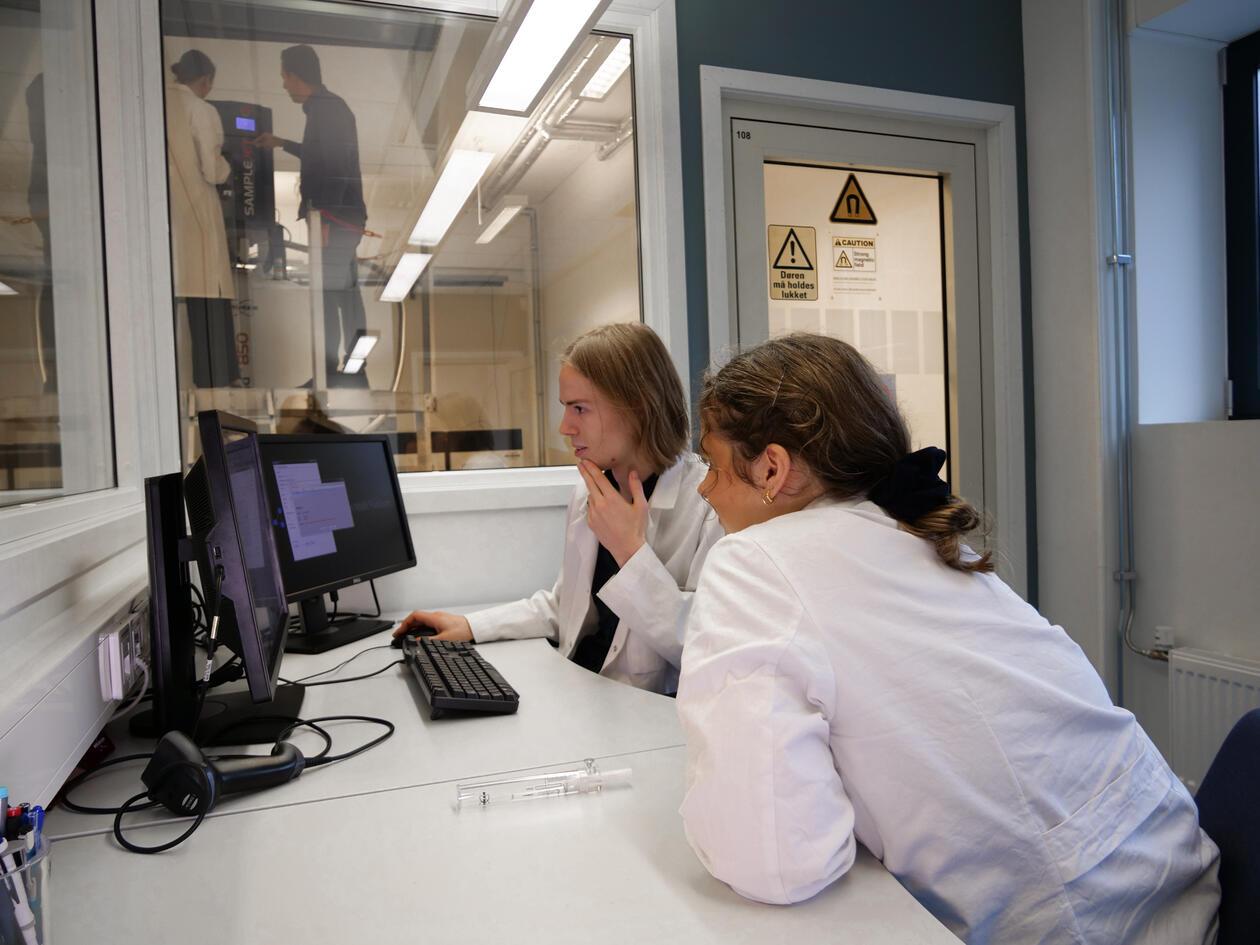 Studenter på kjemi, jobber ved PC
