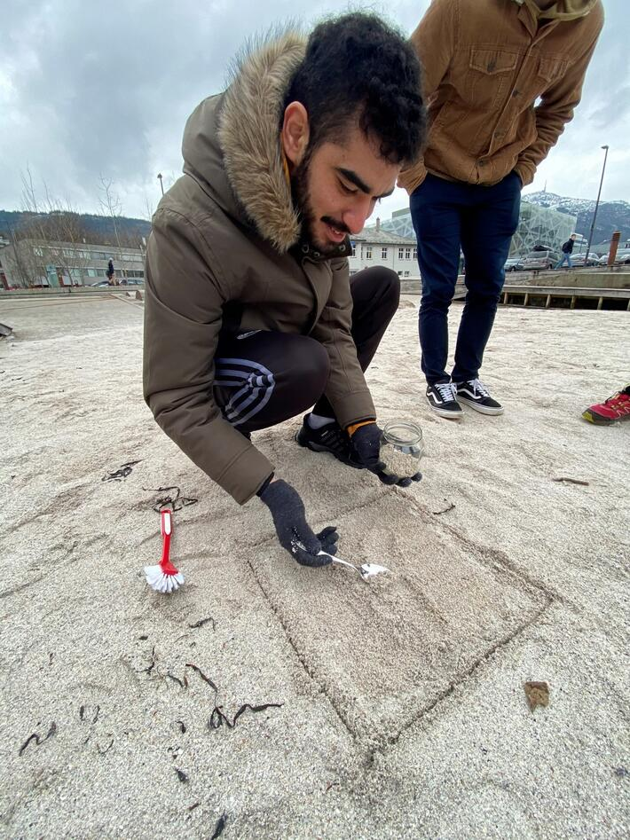 UiB masterstudent Ilyasse Bsaithi tar prøver av det øverste sandlaget.