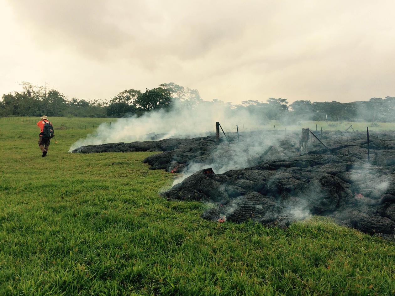 Bilde av lavastraum som når landsbyen Pahoa,Hawaii i 2014