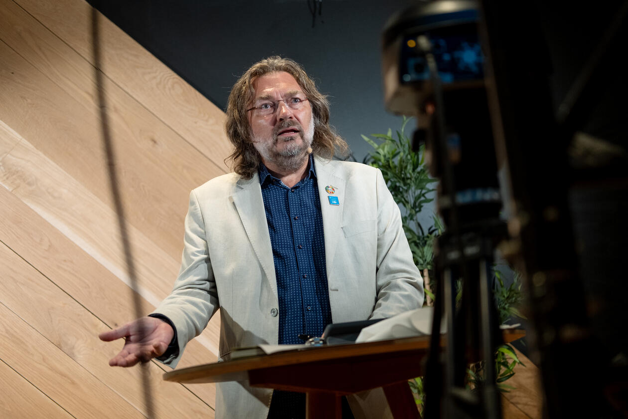 Scientific Director Edvard Hviding of SDG Bergen Science Advice was the moderator of the side event. Pictured live from the studio.