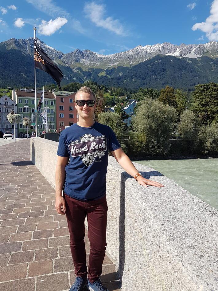 Bilde av Stian foran et fjell