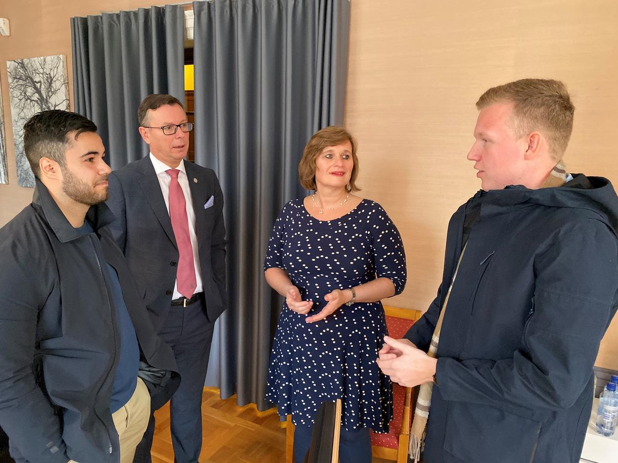 Studentene prater med rektor og viserektor for utdanning