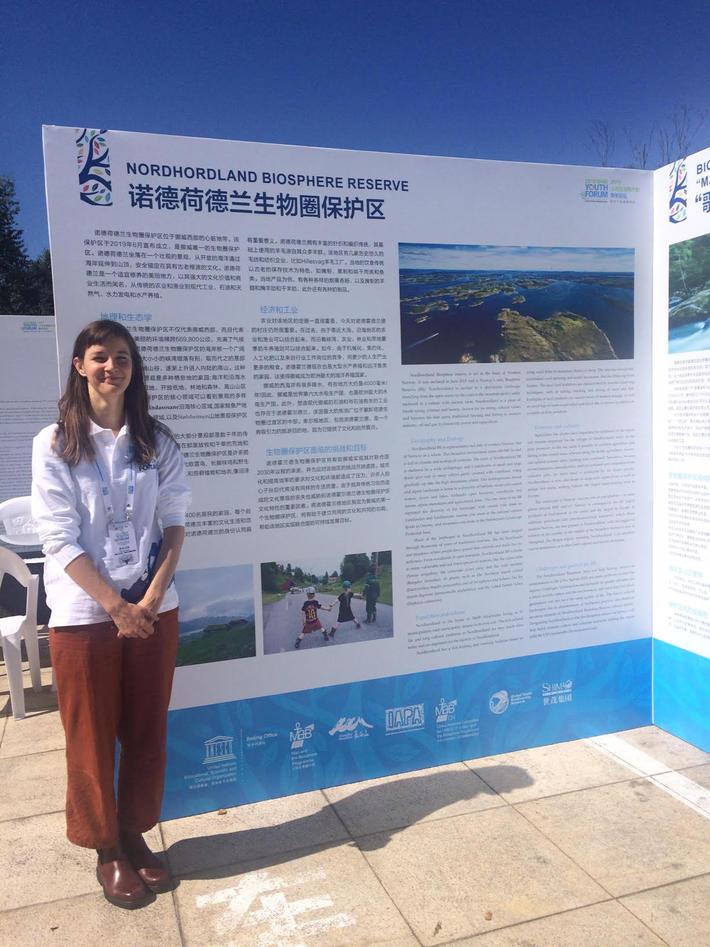 Dr. Alicia Donnellan Barraclough i Kina, fremfor stor informasjonsoppslag om Nordhordaland biosfæreområde