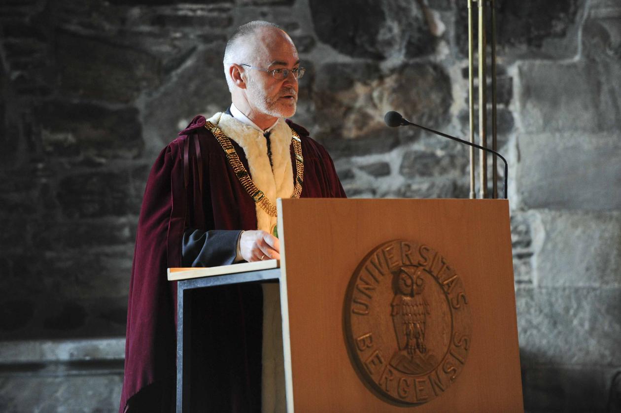 Rektor Sigmund Grønmo er svært fornøyd med antallet avlagte doktorgrader....
