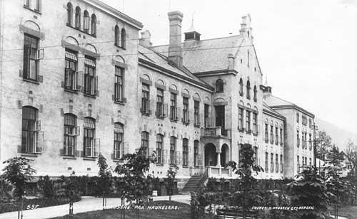 Haukeland Sykehus ble oppført i 1908 - 1911, og ble tatt i bruk i 1912.