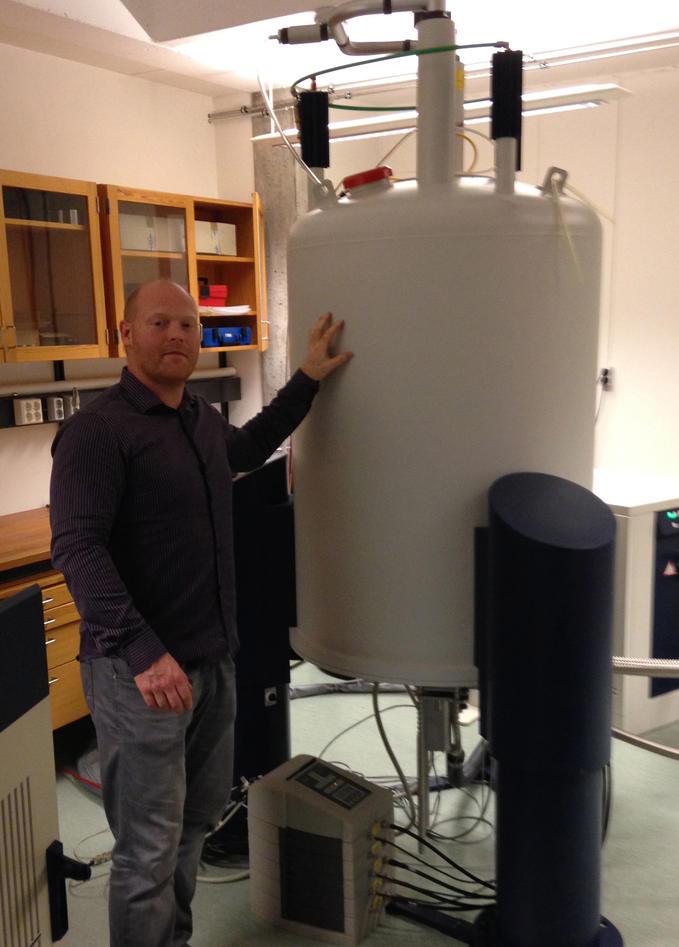 Øyvind Halsku ved 600MHz NMR på Kjemisk institutt, Universitetet i Bergen