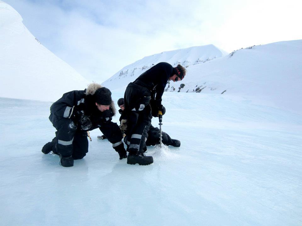 Henting av isprøver for hydrologisk analyse.
