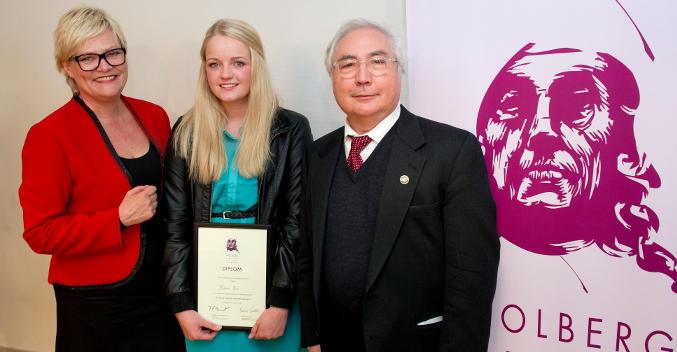 Malene Bue, vinner av Holbergprisen i skolen, sammen med kunnskapsminister...