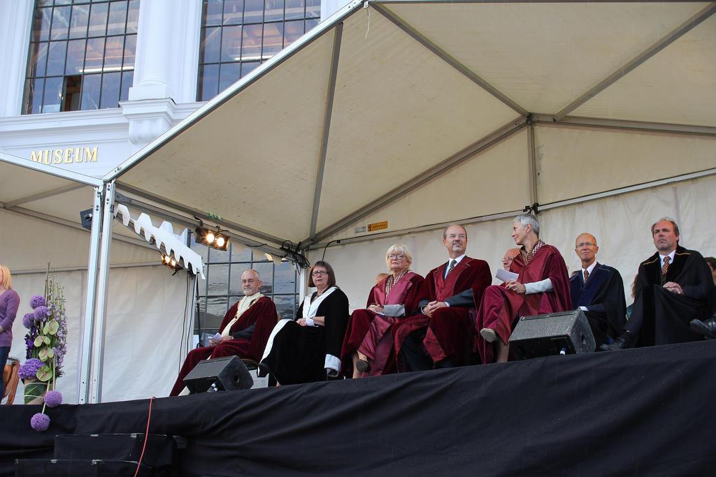 Rektor Sigmund Grønmo og universitetsdirektør Kari Tove Elvbakken var til...