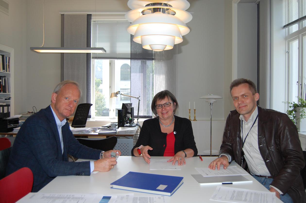 Avtalen signeres av Alf Sognefest (Avinor, til venstre), Kari Tove Elvbakken ...