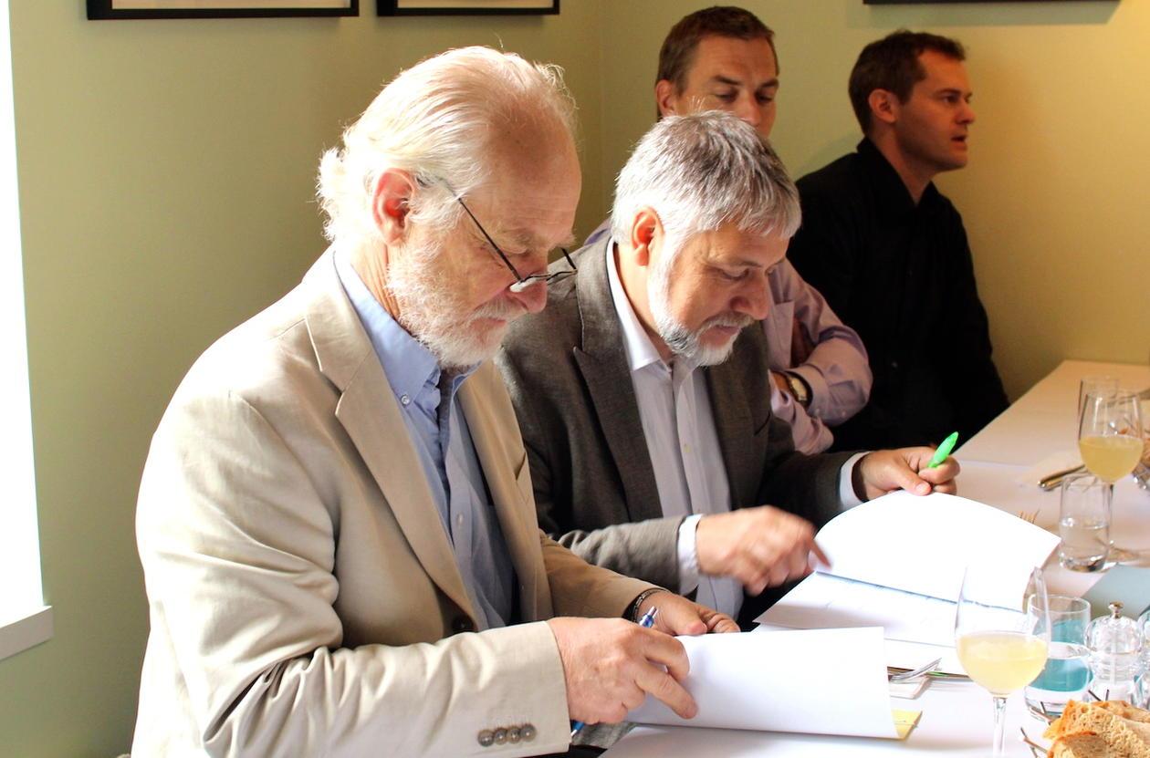 Høgtideleg signering: Greg Holland ved NCAR og Eystein Jansen formaliserte...