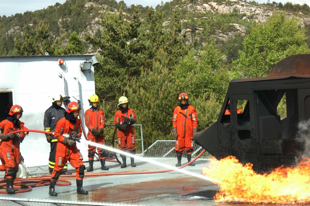 Operative grupper som politi, brannvesen og soldater står ofte i ekstreme og...