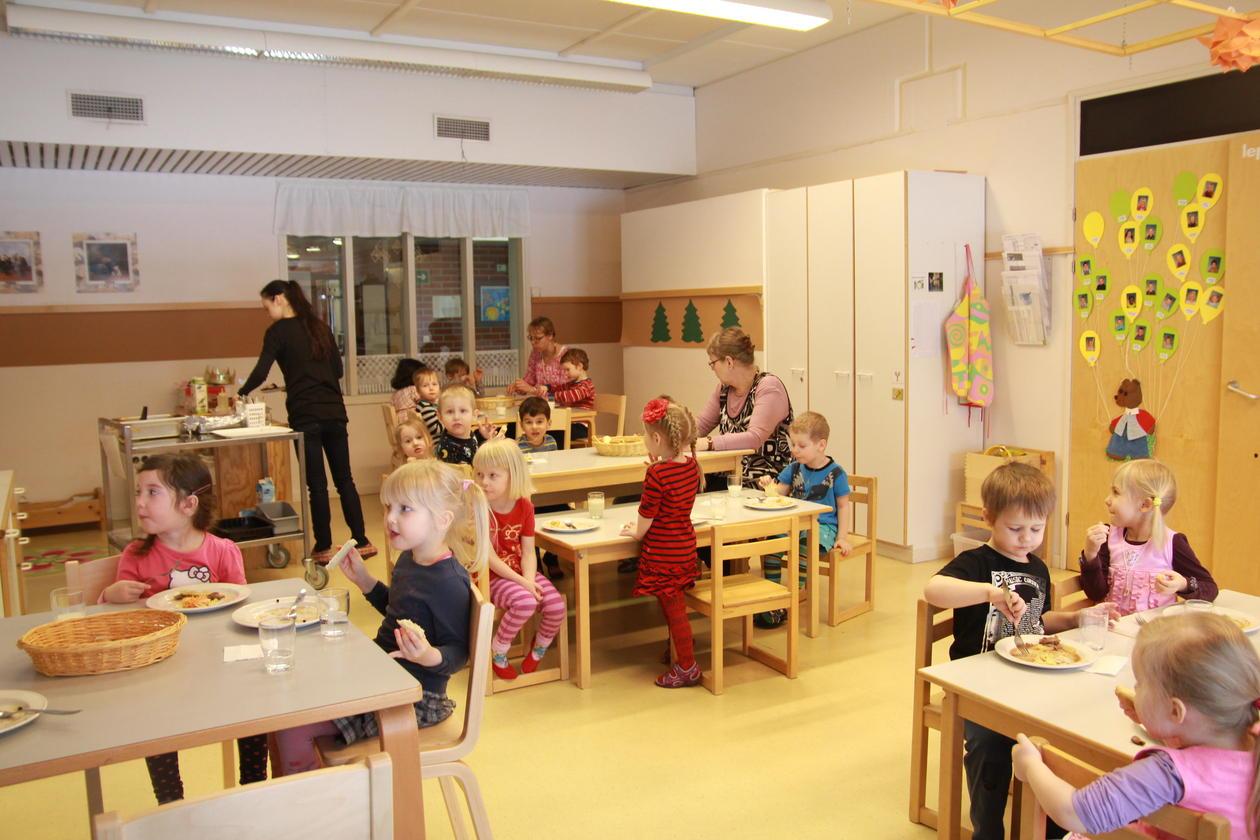 Her spiser alle de finske barna en varm lunsj i barnehagen. Etter lunsj blir...