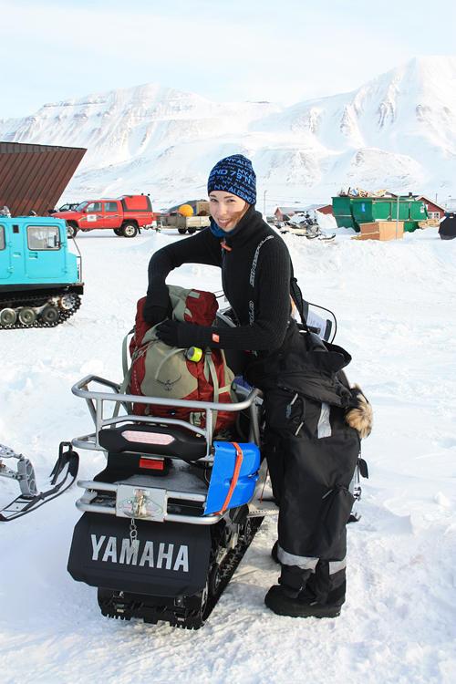 Cecilie pakker til feltarbeid på isbre.