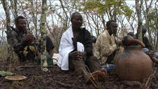 Høvdingen (i hvitt) deltar også på ritualet. I tillegg til at det snur opp...