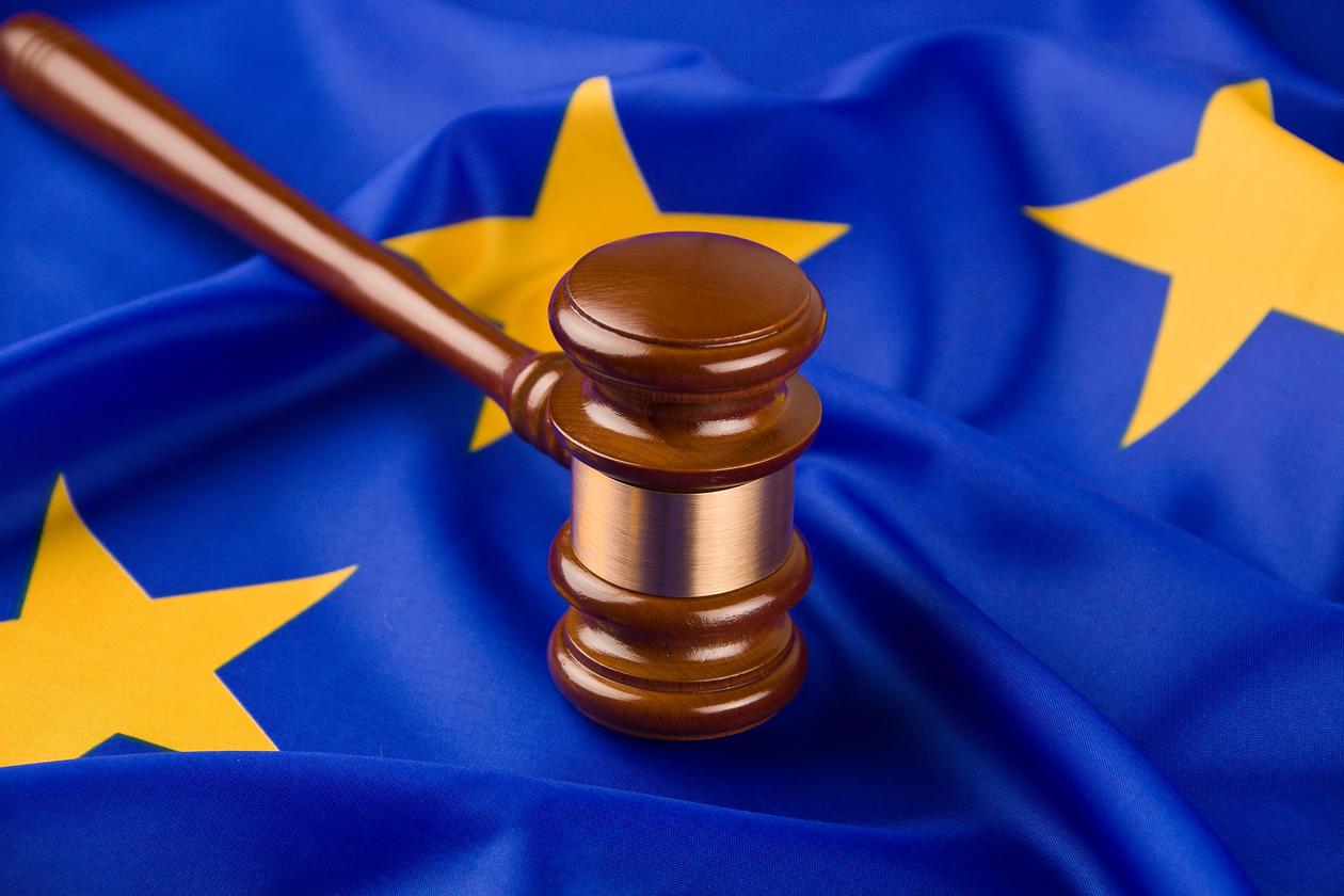 rettsliggjøring, juss, EU, flagg, hammer