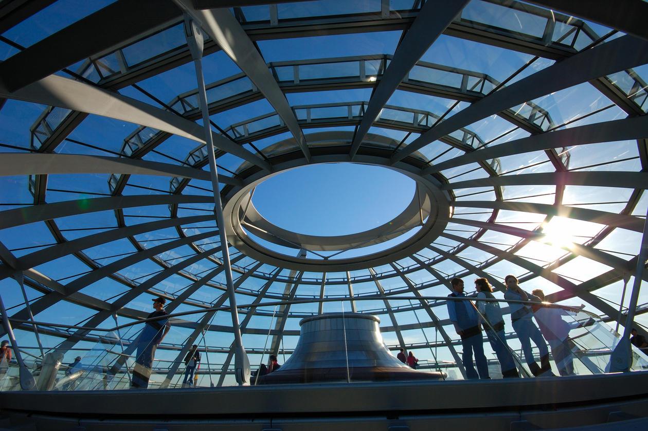 Åpen konstruksjon med synlig himmel og mennesker