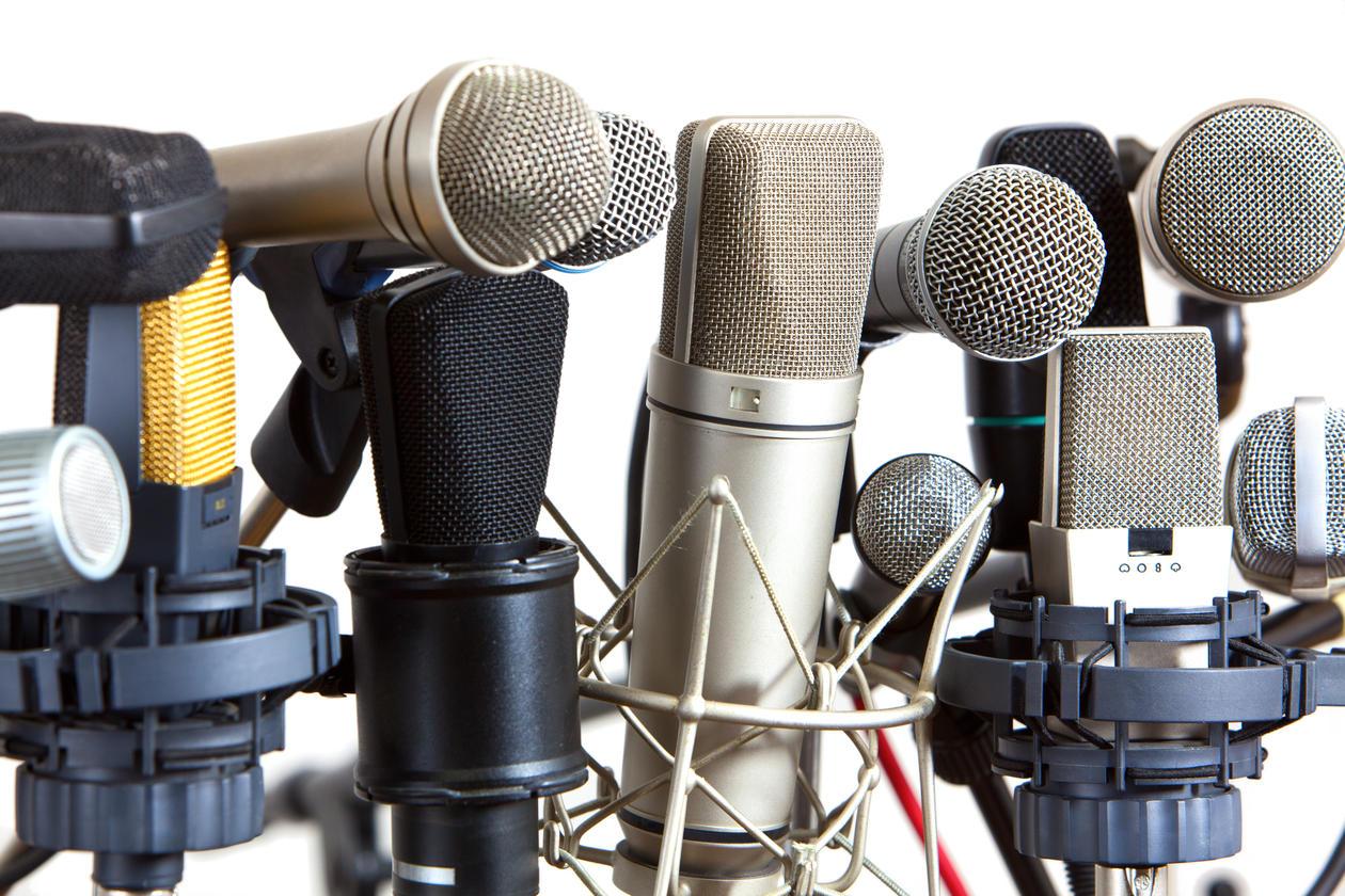 illustrasjonsfoto med flere typer mikrofoner samlet i en klynge