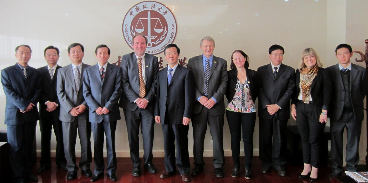 Delegasjonen frå Det juridiske fakultet, saman med representantane for China...