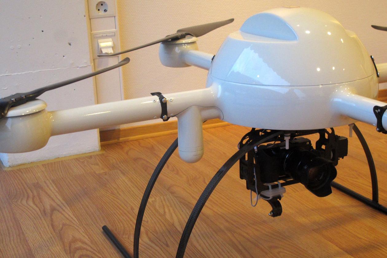 Droneservice driv med inspeksjon av høgtspentledninger med droner.