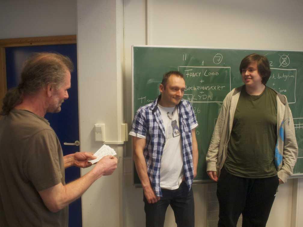 Foreleser Magne Haveraaen deler ut premiene til vinnerne Tomas Olexy (beste...