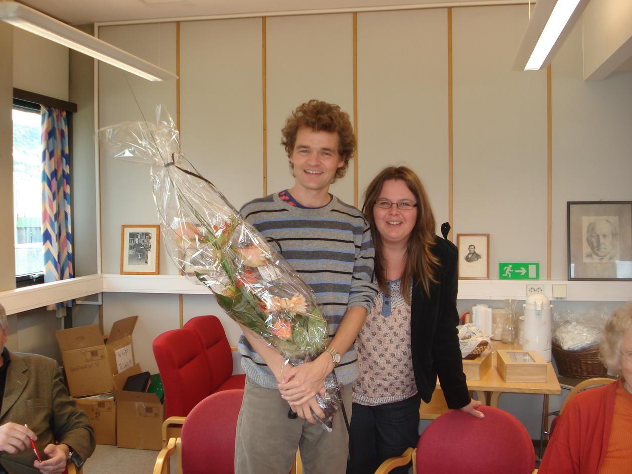 """Prisvinneren fikk blomster av redaktøren i """"Tiddskrift for kjønnsforsking""""..."""