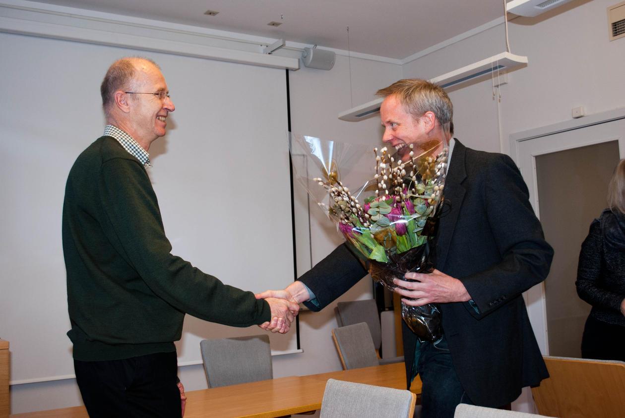 Dekan Gjert Kristoffersen gratulerer prisvinnar Dag Øistein Endsjø