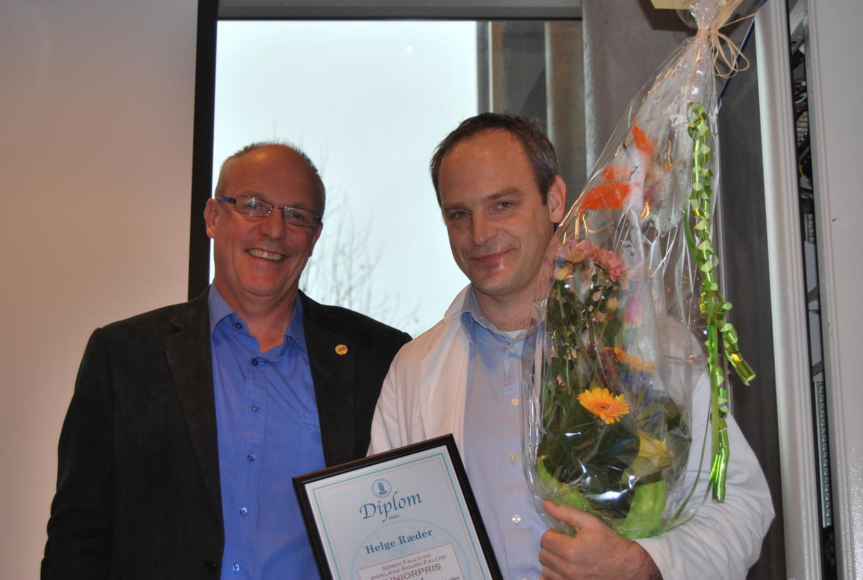 Prodekan Robert Bjerknes (t.v.) delte ut Falchs juniorpris for 2011 til Helge...