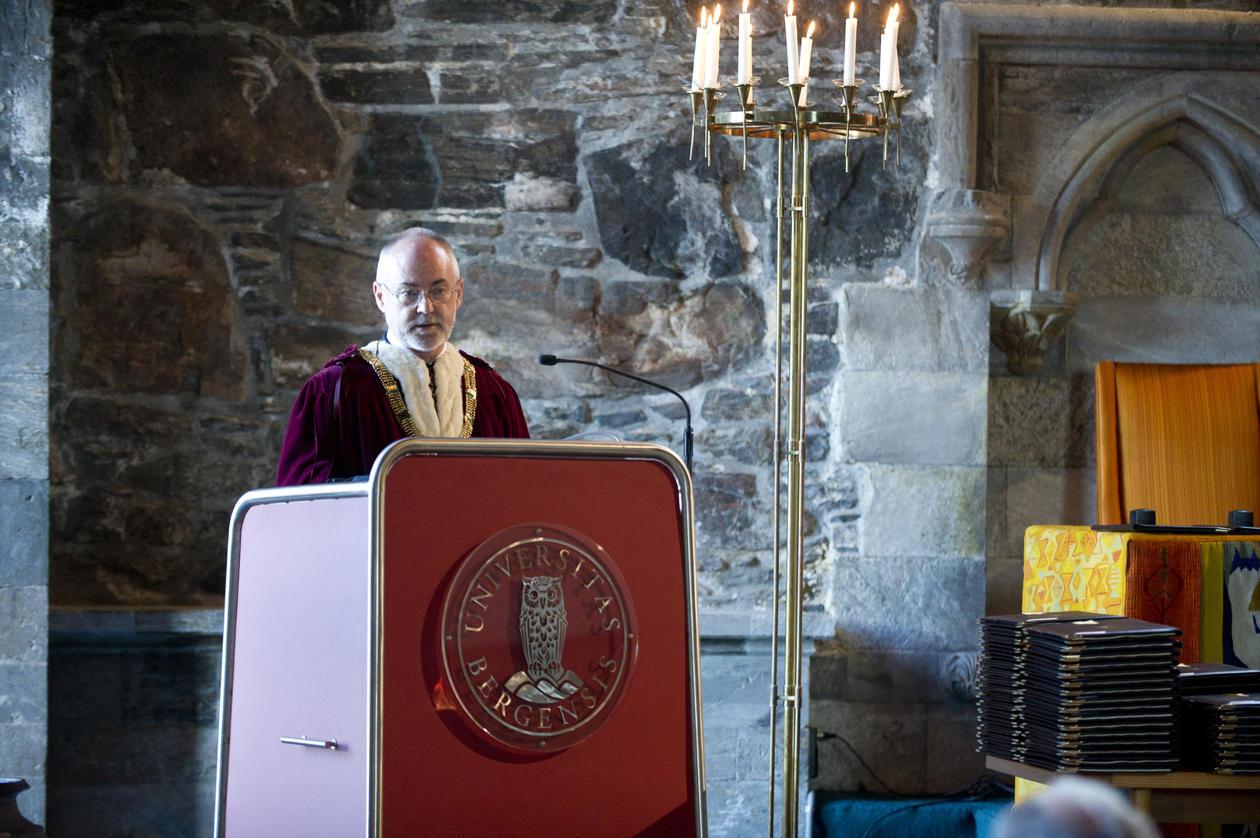 Rektor Sigmund Grønmo talte til de nye doktorene og æresdoktorene.