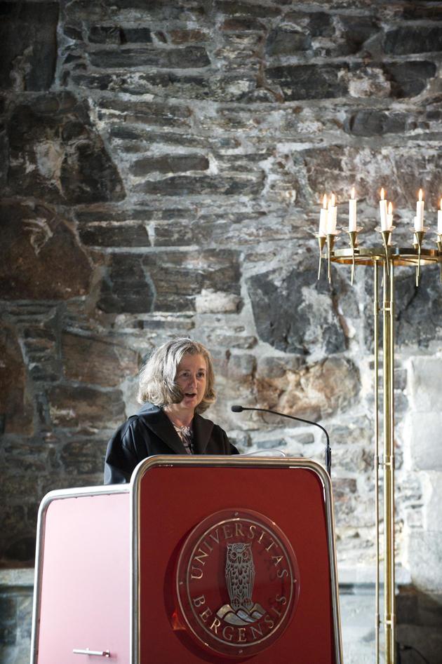 Shelly Lundberg holdt tale på vegne av de nye æresdoktorene