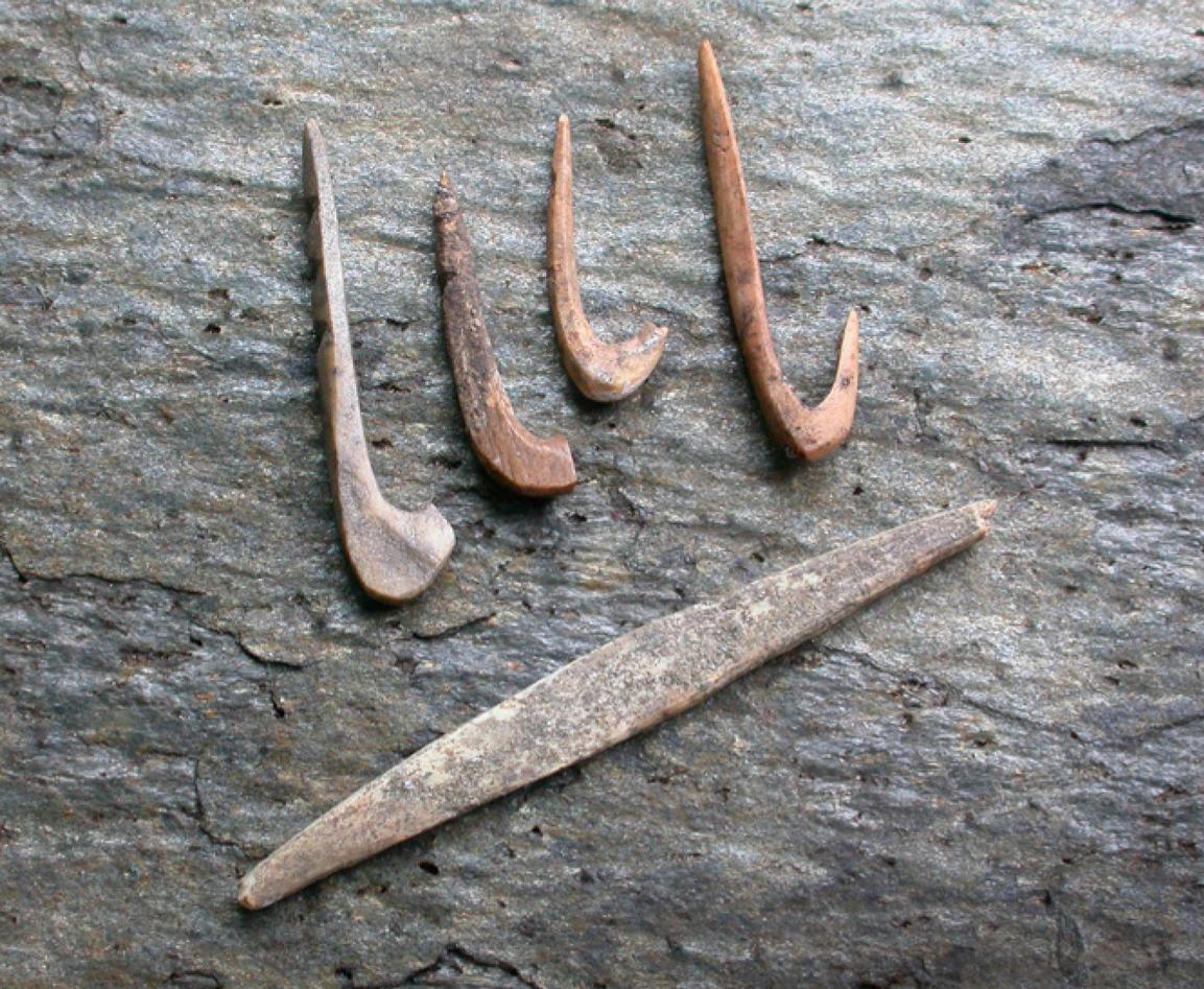 Bilde av arkeologiske redskaper fra utgravninger