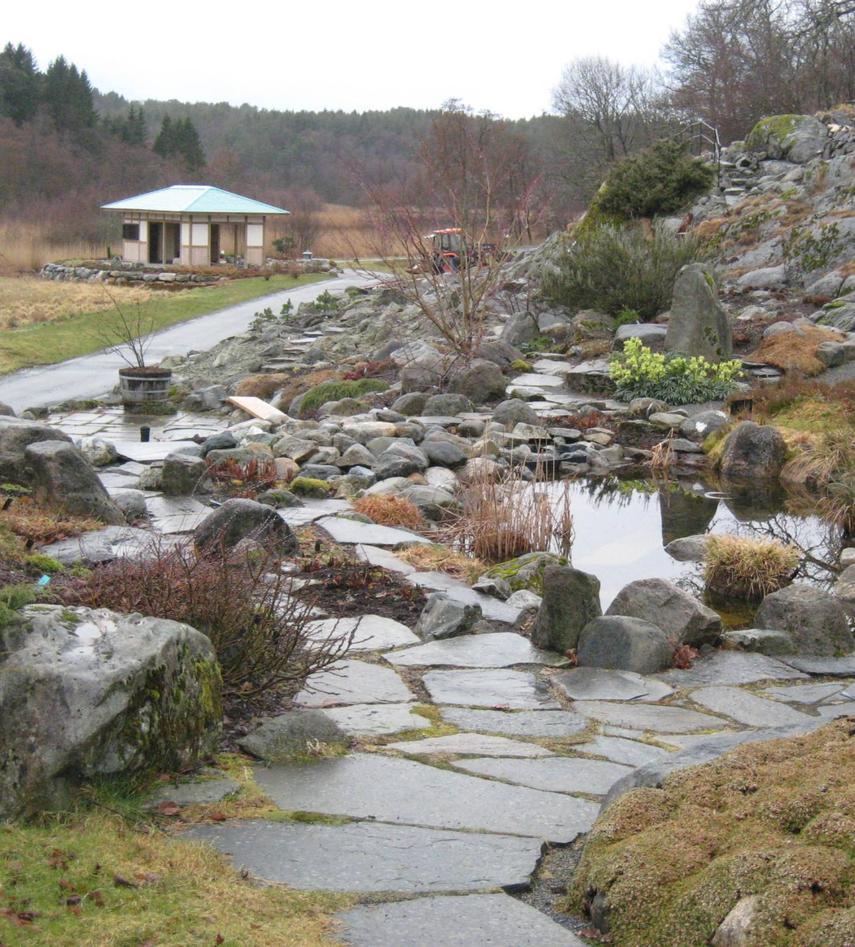 Fjellhagen frå dammen mot tepaviljongen tidleg vår 2009. Steinmesteren Jon...