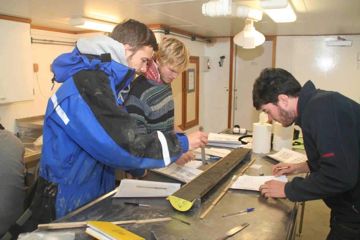 Analyse av marine sediment-kjerner i marin geologi (AG211).