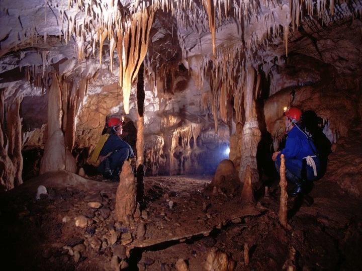 Grotte i Romania med stalaktitter og stalagmitter.