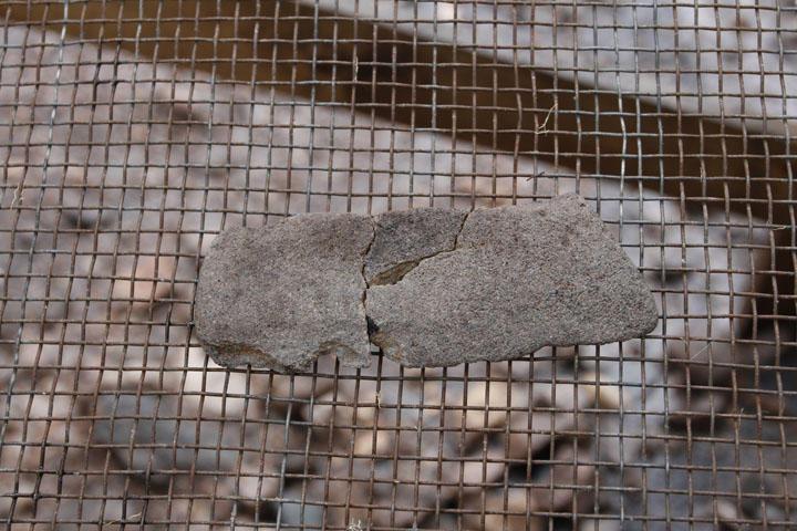 Fragmenter av en platekniv av sandstein. I det 5000 årtusen f. Kr ble slike...