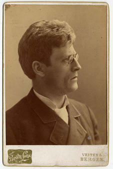 Knut Hamsun fotografert i Bergen.