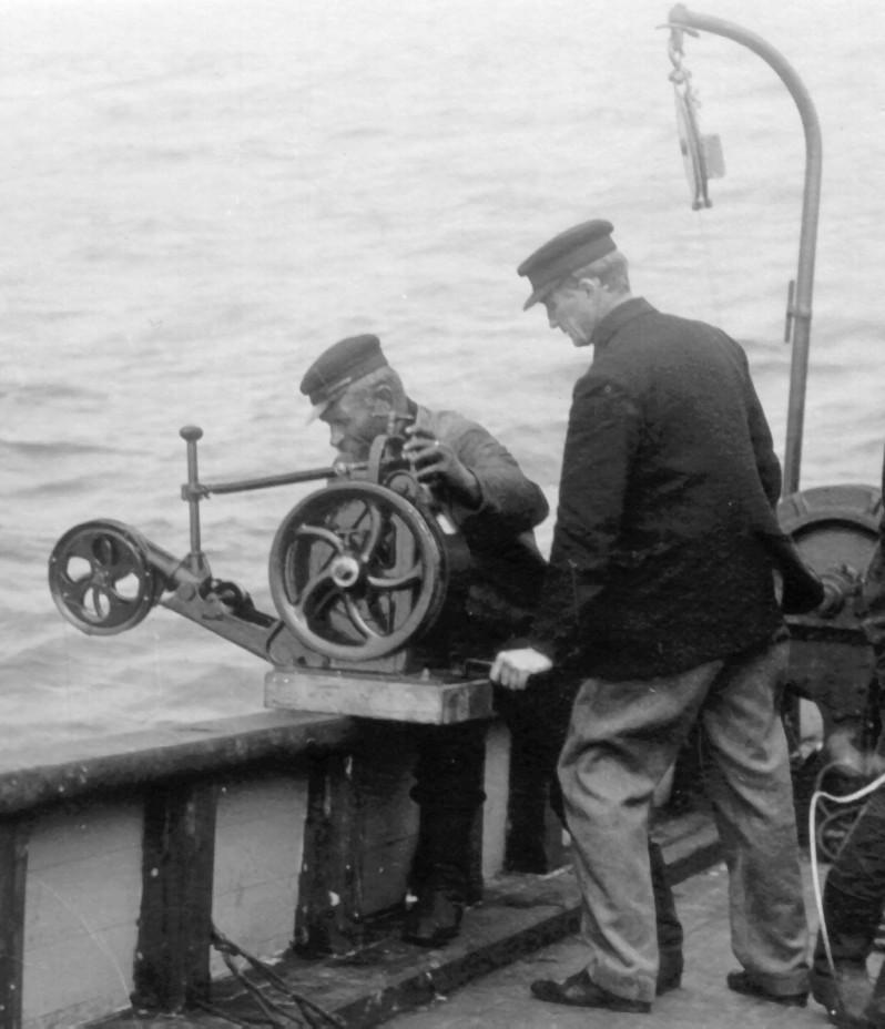 PRØVEHENTING: Helland-Hansen hentar prøvar til sjøs.
