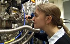 Holst og hennes egenutviklede atommikroskop.