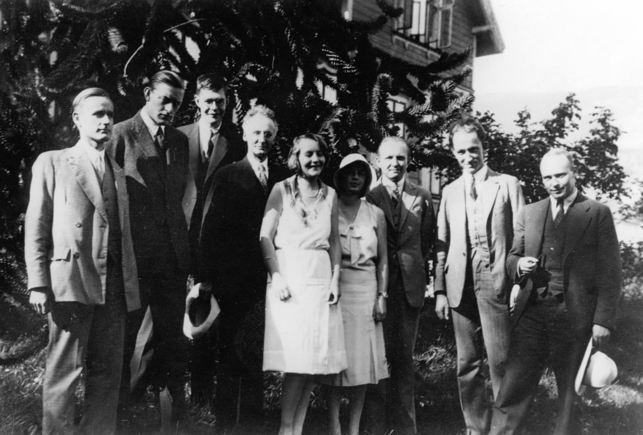 Utenfor Allegaten 33, 1930. Fra venstre: C.- G. Rossby. J. Bjerknes. H....