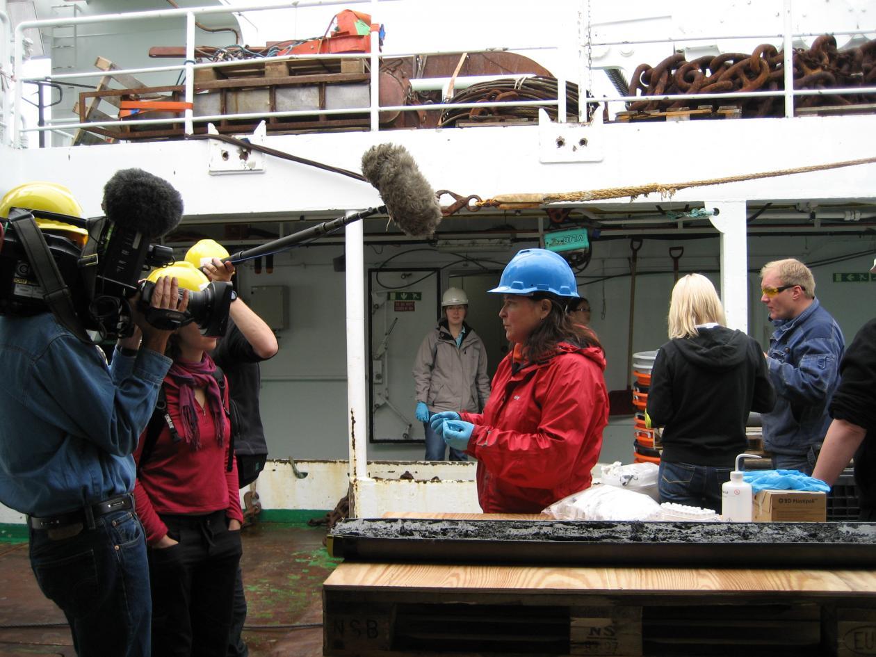 MEDIEINTERESSE: Et team fra Discovery Channel fulgte forskere til Lokeslottet...