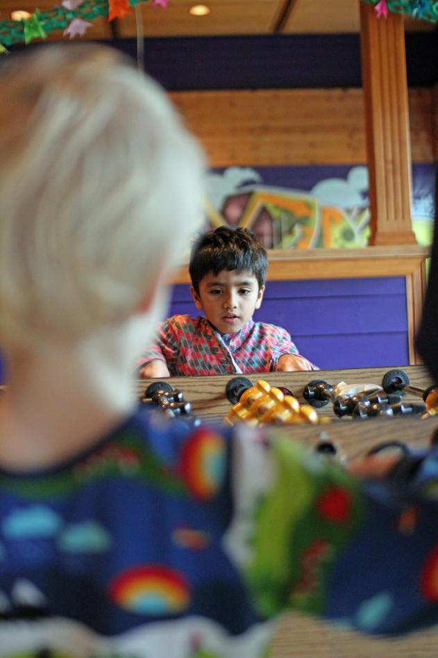 På den internasjonale festen fikk barna plutselig leke seg med utstyret på...