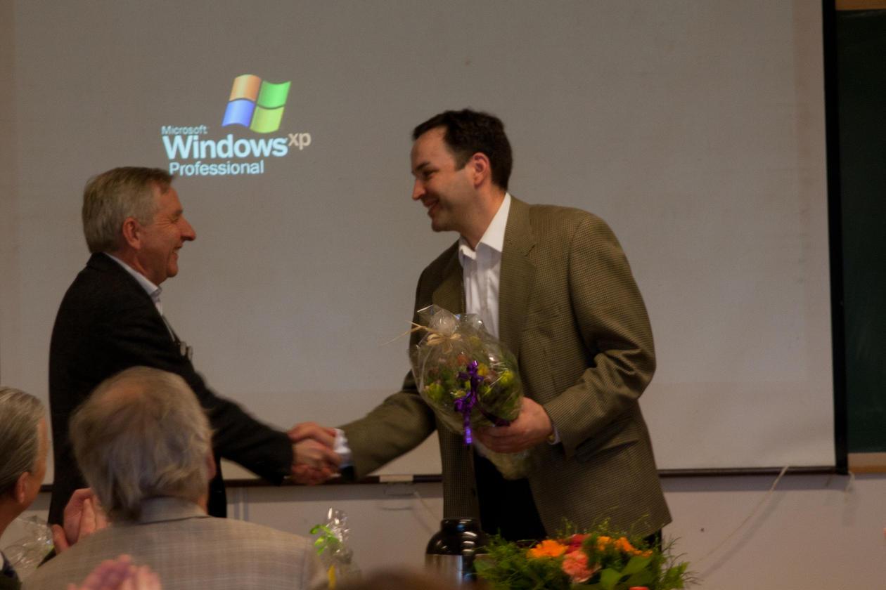 Direktør Stener Kvinnsland, Haukeland universitetssykehus, gratulerer BFS...