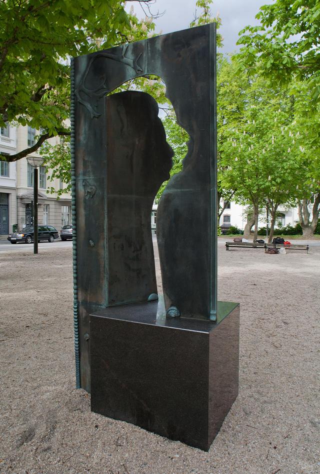 Gunnar Torvund, 1995. Skulptur i bronse, 265 cm høy.