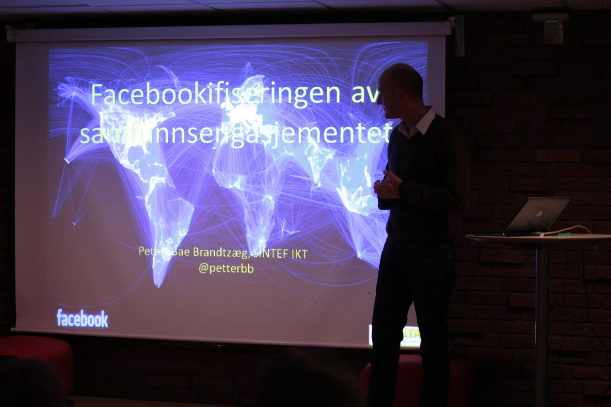 "Foredraget på alumnikvelden bar tittelen ""Facebookifiseringen av..."