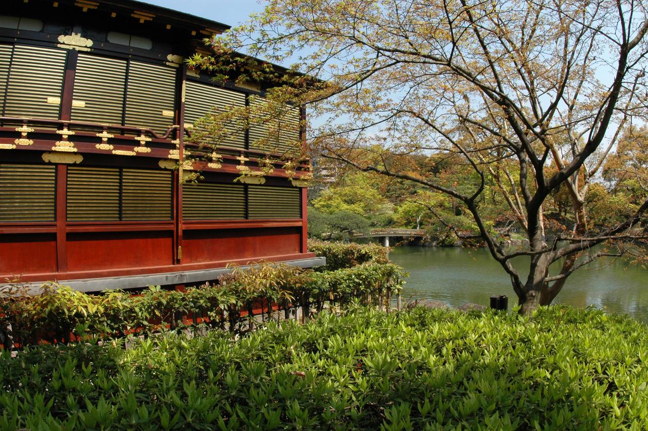 Den nesten 20 mål store Sorakuen hagen fra 1885 er påvirket av...