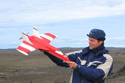 Marius Opsanger Jonassen med et modellfly som brukes til atmosfæriske målinger
