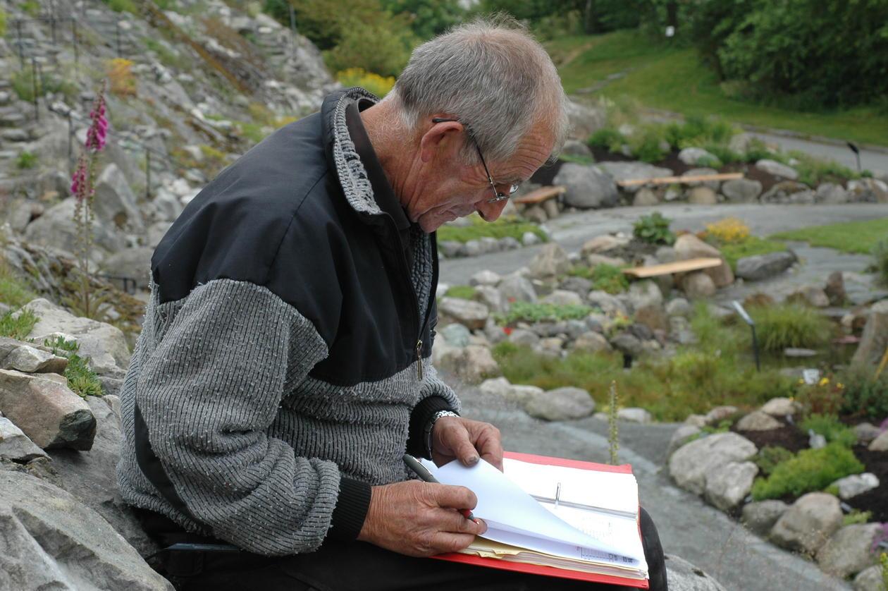 Jon registrerer plantene på kart og lister i Fjellhagen.